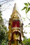 Konung av Nagasstatyn på den Pra Tad Doi Tung templet Royaltyfri Bild