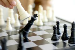 Konung för bruk för affärsmanlekschack - vit för schackstycke som kraschar ove Arkivfoto