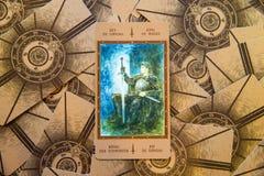 Konung för tarokkort av spadar Labirinth tarokdäck esoterisk bakgrund Arkivfoto