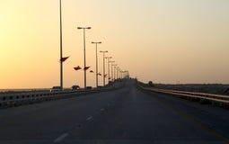 Konung Fahd Causeway på solnedgången. Bahrain Arkivfoto