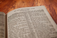 Konung James Bible Book av uppkomst på lantlig träbakgrund royaltyfri foto
