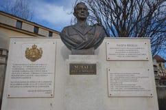Konung Mihai som jag kvadrerar i Bucharest med bronsbysten Arkivbild