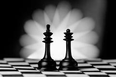 Konung och drottning, schackstycken på brädet Schack är en fientligt inställd lek för populär forntida brädelogik med specialt sv arkivfoto