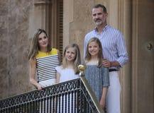 Konungar av Spanien som poserar på den Marivent slotten under deras sommarferier Royaltyfria Foton