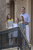 Konungar av Spanien som poserar på den Marivent slotten under deras sommarferier Arkivfoto