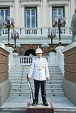 Konungar bevakar i storslagna Royal Palace Arkivbild