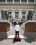 Konungar bevakar i storslagna Royal Palace bangkok thailand arkivfoton