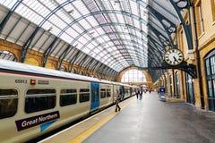 Konungar korsar järnvägsstationen i London, UK arkivbild