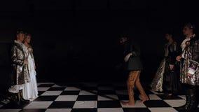 Konungar står fasadbeklädnad, från de mörka styrkorna kommer en levande död på schackbrädet Levande schackkonkurrens arkivfilmer