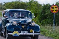 Konungen och drottningen av Sverige i deras oldtimer Volvo av år 194 Royaltyfria Foton