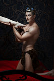 Konungen rymmer ett kvinnligt ben i hand royaltyfri fotografi