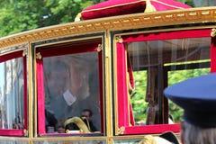 Konungen Willem Alexander i den kungliga lagledaren som kör på Lange Voorhout på prinsdagen, ståtar i Haag Royaltyfri Bild