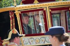 Konungen Willem Alexander vinkar från lagledaren under prinsdagen ståtar i Haag Arkivbild