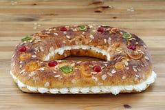 Konungens kaka gjorde vid handen i ugnen, på en lantlig grund royaltyfri foto