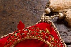 Konungs krona på kudden Arkivbilder