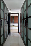 konvergerande gröna stora linjer spansk villa går garderober Royaltyfri Fotografi