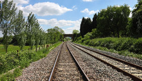 Konvergierende Eisenbahnlinien, die unter eine Brücke überschreiten Lizenzfreie Stockbilder
