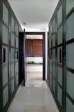 Konvergierende Zeilen eines grünen Wegs in den Garderoben in einem großen spanischen Landhaus. Lizenzfreie Stockfotografie