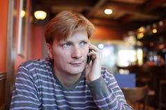 konversation har mantelefonen arkivfoto