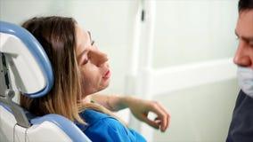 Konversation i tand- kabinett Doktor och tålmodigt samtal stock video