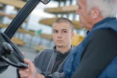 Konversation mellan lagerarbetare fotografering för bildbyråer