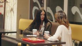 Konversation mellan två flickor stock video