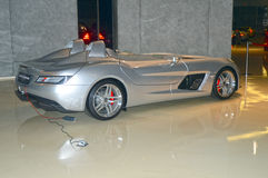 Konvertibla Mercedes-Benz i visningslokalen Arkivbild
