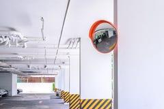 Konvex spegel för trafik på parkeringshuset arkivfoton