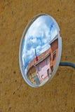Konvexer Spiegel in der ländlichen Stadt Lizenzfreie Stockfotos