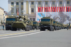 Konvooi van militaire uitrusting op Paleisvierkant Repetitie van parade ter ere van Victory Day Royalty-vrije Stock Foto's
