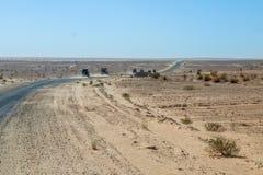 Konvooi van 4x4 voertuigaandrijving een stoffig woestijnspoor in Tunisa Royalty-vrije Stock Afbeelding