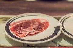 Konwejer z surowym jedzeniem na talerzach w kawiarni obraz stock