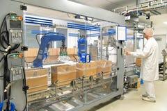 Konwejeru paska pracownik działa robot który odtransportowywa insulinowych półdupki obraz royalty free