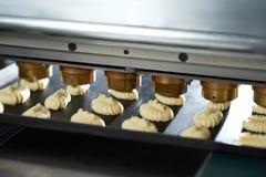 Konwejeru wyposażenie robi małym tortom od surowego ciasta Fotografia Stock