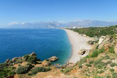 Konyaalti海滩、托鲁斯山脉和峭壁在安塔利亚,在土耳其 库存照片
