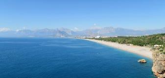 Konyaalti海滩在安塔利亚和托鲁斯山脉-土耳其 免版税库存图片