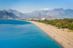 Konyaalti海滩的人们在安塔利亚 免版税图库摄影