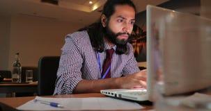 Konzentration auf Arbeit im Büro stock video