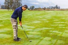 Konzentration beim Golf spielen lizenzfreie stockbilder
