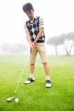 Konzentration des Golfspielers, der seinen Schuss ausrichtet Lizenzfreie Stockbilder