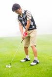 Konzentration des Golfspielers, der seinen Schuss ausrichtet Lizenzfreies Stockbild
