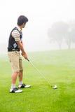 Konzentration des Golfspielers, der seinen Schuss ausrichtet Stockbild