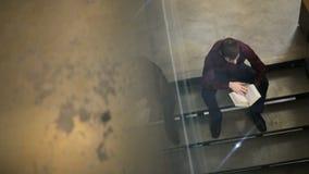 Konzentration des Studenten, der in der Bibliothek im College studiert stock video