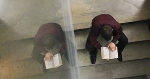 Konzentration des Studenten, der in der Bibliothek im College studiert stock footage