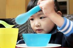 Konzentration von 5 Jahren alten asiatischen Kind Lizenzfreie Stockfotos