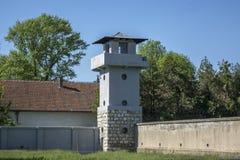 Konzentrationslager mit Wachturmgebäude für Schutz stockbild