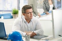 Konzentrieren des Architekten bei der Arbeit Stockbild