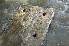 Konzentrieren Sie sich auf konkreten Kanaldeckel auf der Bahn unter Wasser von Lizenzfreie Stockfotos