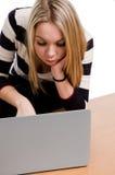 Konzentrierende Frau, wie sie sie verwendet Lizenzfreie Stockbilder