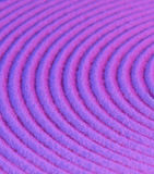 Konzentrische Kreise auf purpurrotem Sand stockfoto